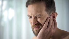Męski cierpienie od ząb obolałości, wzruszający policzek, miąższowy rozognienie, gingivitis zdjęcia stock