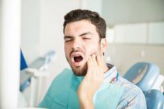 Męski Cierpliwy cierpienie Od Toothache W Stomatologicznej klinice obraz royalty free