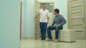 Męski cierpliwy czekanie zapraszać fabrykować ` s biuro zbiory wideo