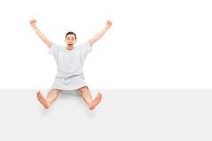 Męski cierpliwy gestykuluje szczęście sadzający na panelu Fotografia Stock