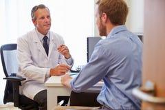 Męski Cierpliwy Mieć konsultację Z lekarką W biurze Fotografia Royalty Free