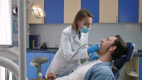 Męski cierpliwy odbiorczy zębu gnicia traktowanie zdjęcie wideo