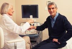 Męski cierpliwy przechodzi nadgarstku ultradźwięk z kobiety lekarką Zdjęcie Royalty Free