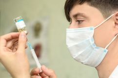 Męski cosmetologist z medyczną maską na twarzy fotografia royalty free
