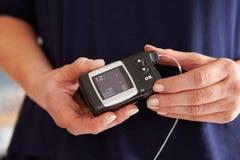 Męski cukrzyk Sprawdza Krwionośnego cukieru poziomy obrazy stock