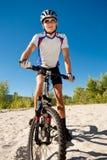 Męski cyklista jedzie rower zatrzymywał staczać się na piasku Obraz Stock