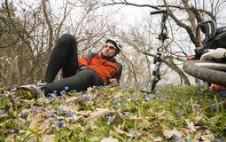 Męski cyklista podróżuje przez drewien Obrazy Royalty Free