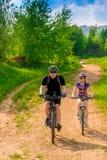 Męski cyklista w hełmie i jego dziewczyna Zdjęcia Royalty Free