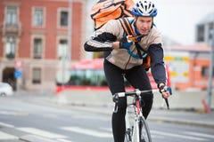 Męski cyklista Z kurier torby Doręczeniową jazdą Obraz Royalty Free