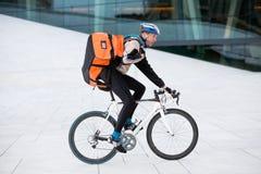 Męski cyklista Z plecaka Jeździeckim bicyklem Zdjęcie Stock