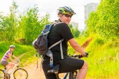 Męski cyklista z plecakiem i jego dziewczyną Fotografia Stock