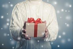 Męski daje zakończenie w górę czerwonego tasiemkowego giftbox Fotografia Royalty Free