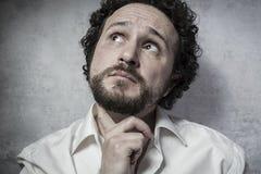 Męski decisionmaking, mężczyzna w białej koszula z śmiesznymi wyrażeniami Obraz Stock