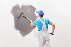 Męski decorator maluje ścianę z szarość barwi Obraz Stock