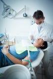 Męski dentysta egzamininuje kobieta zęby Fotografia Royalty Free