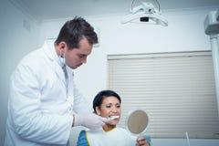 Męski dentysta szczotkuje kobieta zęby Obraz Royalty Free