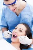 Męski dentysta z żeńskim pacjentem Obraz Stock