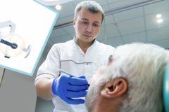 Męski dentysty działanie Zdjęcie Royalty Free