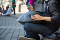 Męski dobosz bawić się muzycznego instrumentu zrozumienia ulicę Zdjęcie Stock