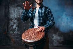 Męski dobosz bawić się na drewnianym bębenie Fotografia Royalty Free