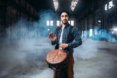 Męski dobosz bawić się na drewnianym bębenie Obraz Stock