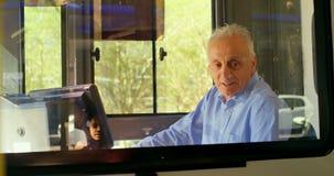 Męski dojeżdżający używa słuchawkę w autobusie 4k podczas gdy podróżujący zbiory wideo