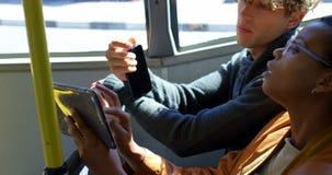 Męski dojeżdżający używa telefon komórkowego w przystanku autobusowym 4k zbiory wideo