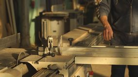 Męski drewniany ekspert sprawdza ilość deska zdjęcie wideo
