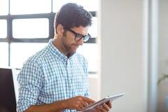 Męski dyrektor wykonawczy używa cyfrową pastylkę Zdjęcie Stock