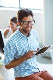 Męski dyrektor wykonawczy używa cyfrową pastylkę Zdjęcia Royalty Free