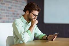 Męski dyrektor wykonawczy używa cyfrową pastylkę Obraz Stock