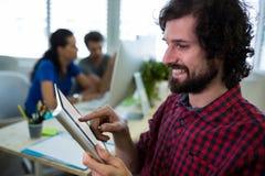 Męski dyrektor wykonawczy używa cyfrową pastylkę Obraz Royalty Free