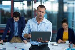 Męski dyrektor wykonawczy używa laptop Fotografia Royalty Free