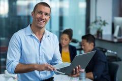 Męski dyrektor wykonawczy używa laptop Obrazy Royalty Free