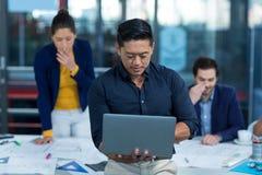 Męski dyrektor wykonawczy używa laptop Obrazy Stock