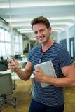 Męski dyrektor wykonawczy używa na telefonie komórkowym w biurze Zdjęcie Royalty Free