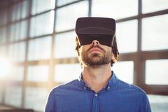 Męski dyrektor wykonawczy używa rzeczywistości wirtualnej słuchawki Fotografia Stock
