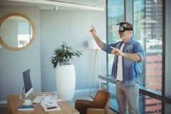 Męski dyrektor wykonawczy używa rzeczywistości wirtualnej słuchawki Obrazy Royalty Free