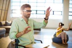 Męski dyrektor wykonawczy używa rzeczywistości wirtualnej wideo szkła Fotografia Royalty Free