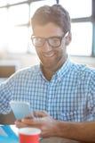 Męski dyrektor wykonawczy używa telefon komórkowego Obraz Stock