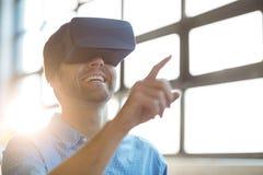 Męski dyrektor wykonawczy używa wirtualnych szkła Zdjęcie Stock