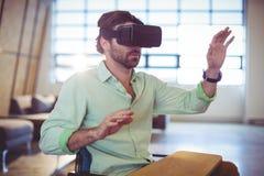 Męski dyrektor wykonawczy używa wirtualnych szkła Obraz Royalty Free