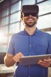 Męski dyrektor wykonawczy w rzeczywistości wirtualnej słuchawki używać cyfrową pastylkę Zdjęcia Royalty Free