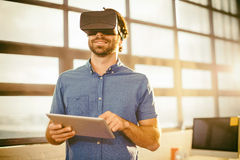 Męski dyrektor wykonawczy w rzeczywistości wirtualnej słuchawki używać cyfrową pastylkę Fotografia Stock