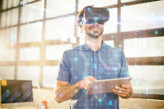 Męski dyrektor wykonawczy w rzeczywistości wirtualnej słuchawki używać cyfrową pastylkę Obrazy Royalty Free