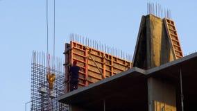 Męski działanie na budowie, budynek kondygnacji biuro, pracownicza migracja zdjęcia stock