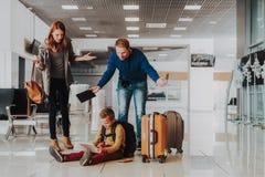 Męski dzieciak jest zabawny z laptopem przed lotem z rodziną fotografia royalty free