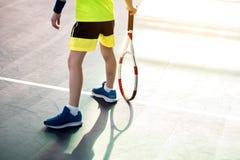 Męski dziecko bawić się tenisa na boisku Obraz Stock