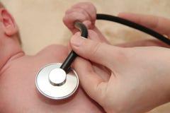 Męski dziecko dostaje płuco egzamin pielęgniarką z stetoskopem Zdjęcie Royalty Free