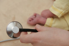 Męski dziecko dostaje płuco egzamin pielęgniarką z stetoskopem Obrazy Royalty Free